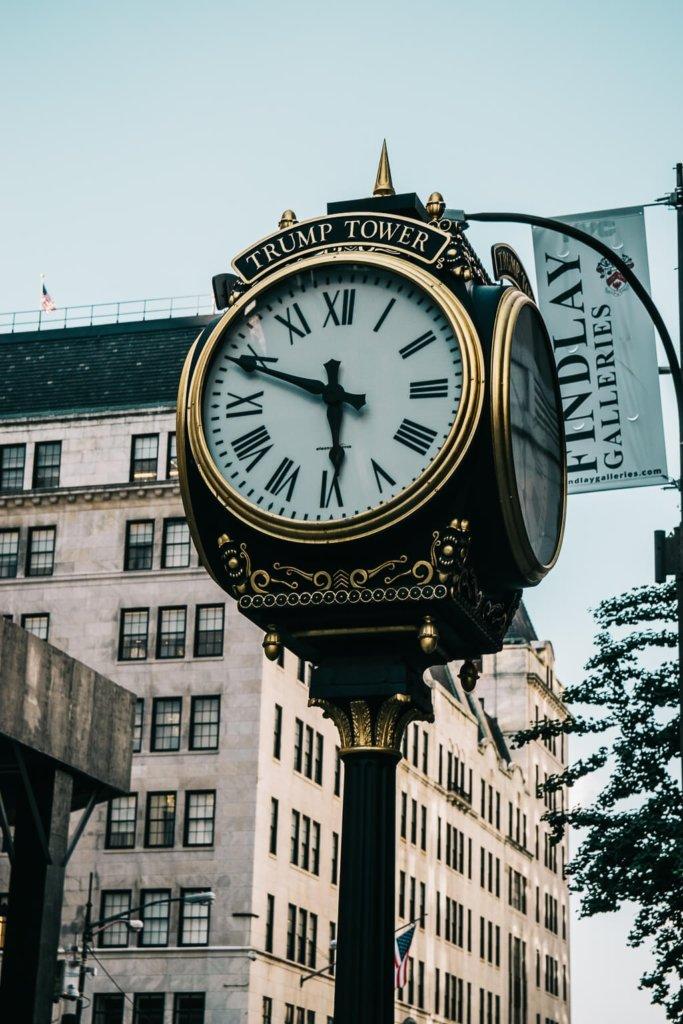Uhr vor dem Trump Tower