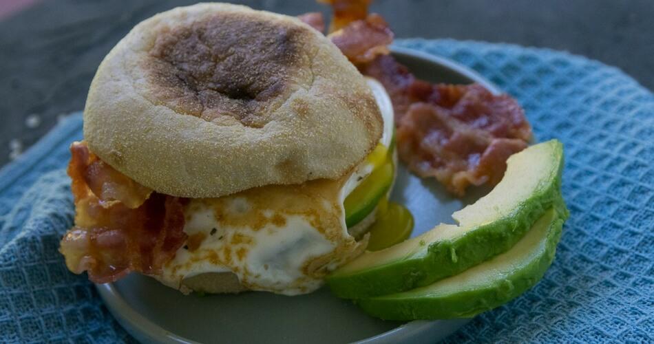 Hammergeiles Frühstück - Bacon Avocado Toastie mit Spiegelei
