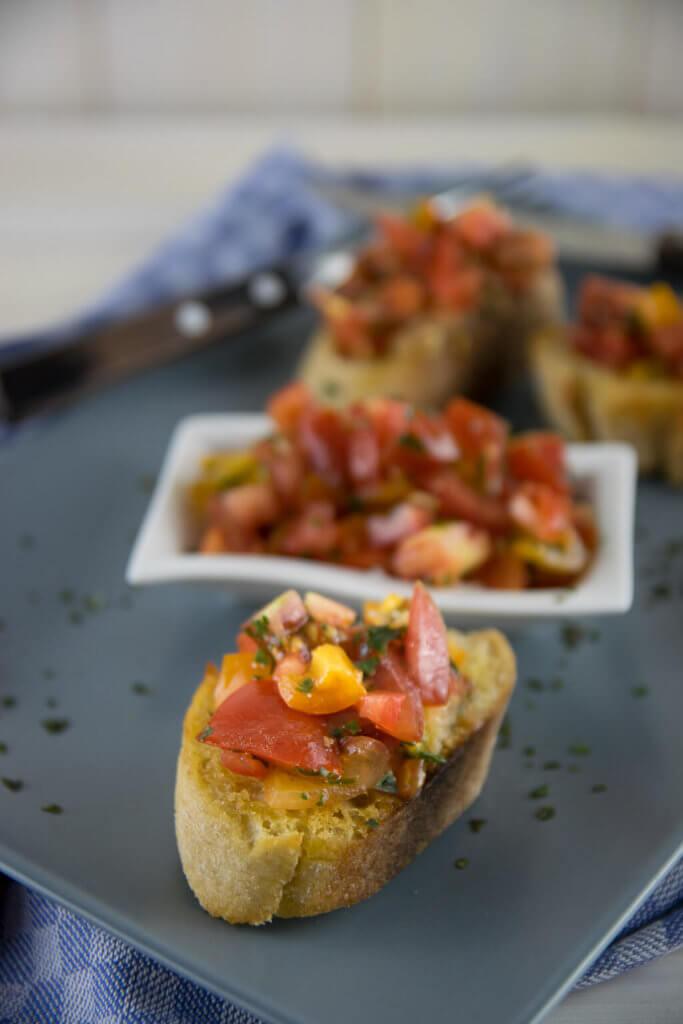 Italienisches Ofen Bruschetta mit bunten Tomaten einfach selber machen