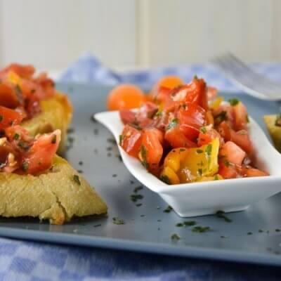 Italienisches Bruschetta mit bunten Tomaten