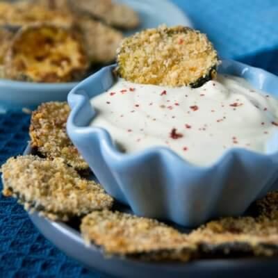 Zucchini Knusper-Chips mit Honig Senf Dip