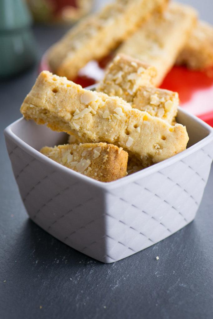 Einfach so super lecker und ganz einfach zu backen. Das Rezept für das Zitronen Marzipan Shortbread musst du unbedingt ausprobieren