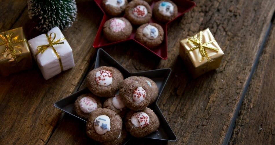 Weihnachtsplätzchen mit Zimt und Nüssen