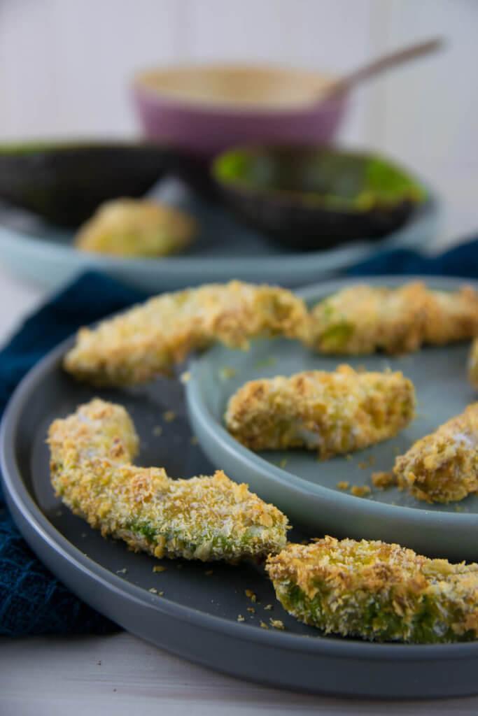 Voll im Trend und perfekt um diesen gesunden leckeren Snack einfach zuhause selber zu machen - Rezept für Avocado Fries