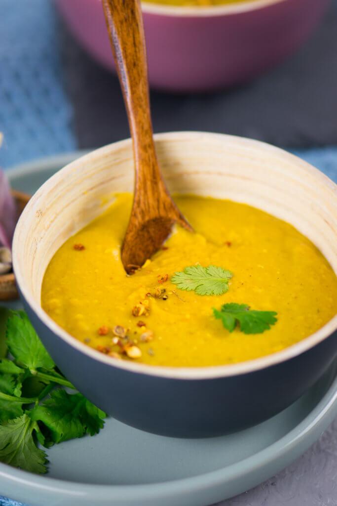 Gelbe Linsensuppe mit Kokosmilch und Curry