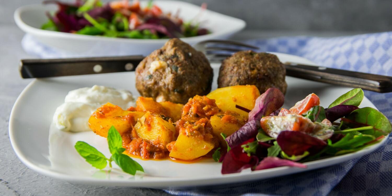Patates sto fourno & Tomatensalat mit Ricotta und Minze
