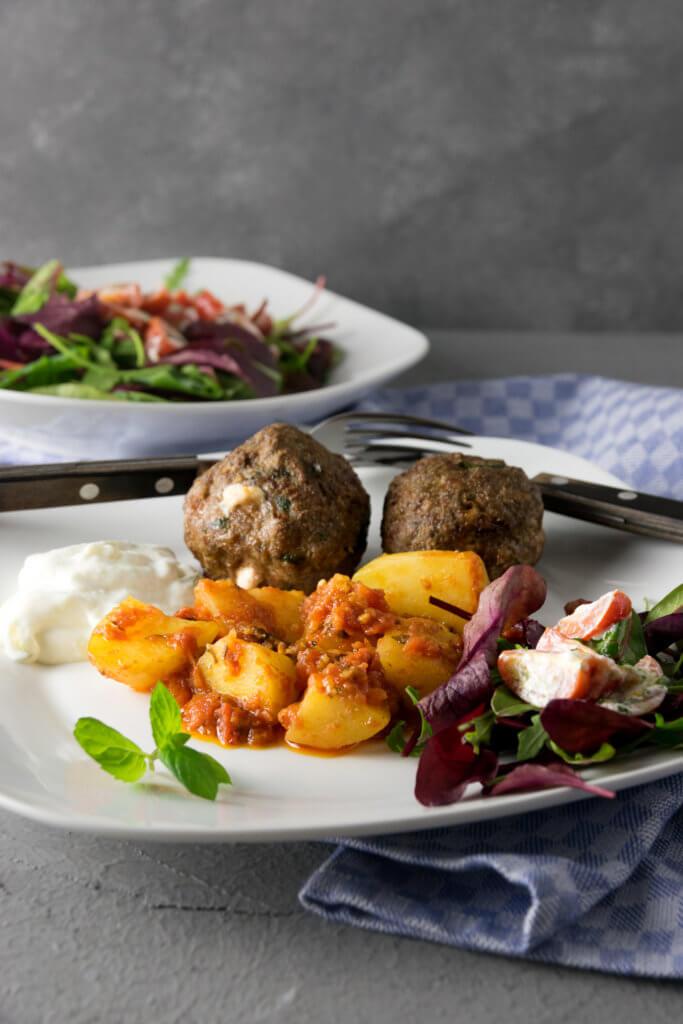 Ofenkartoffeln in Tomatensud und Biftiki aus dem Airfryer