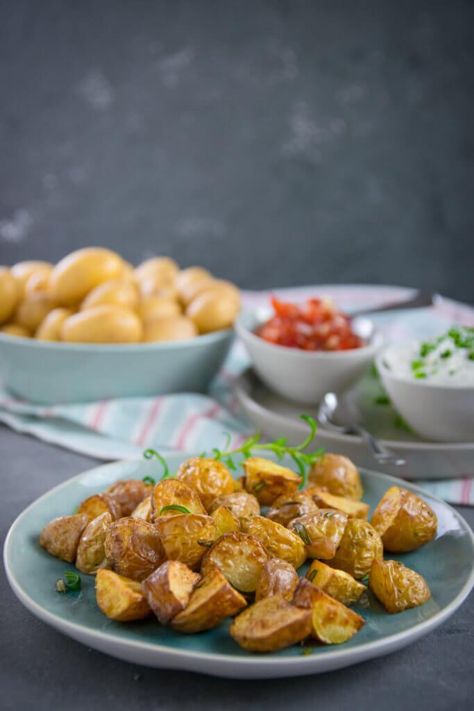Das perfekte Trio - Rosmarin Kartoffelecken mit Tomaten Salsa und Dip!