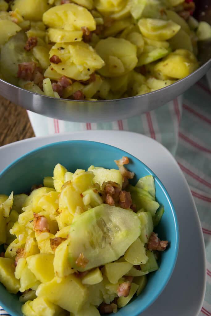 Kartoffelsalat mit Speck und grüner Gurke