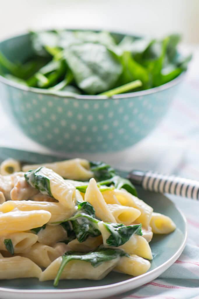 Cremige Knoblauch Pasta mit Spinat und Pute