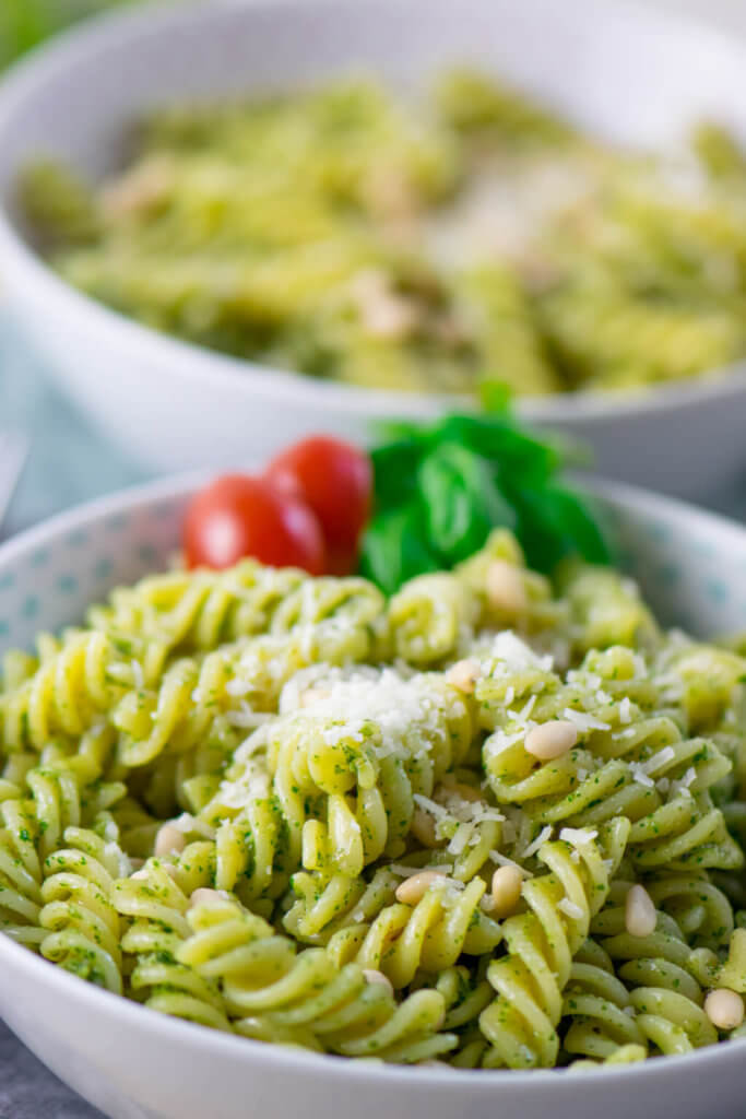 Hol dir den Sommer nach Hause, dieses Rezept ist so einfach, dass du es dir vermutlich im Kopf merken wirst. Besonders lecker schmeckt die Basilikum Pesto Pasta natürlich mit selbstgemachtem Pesto. Und für diese Pasta brauchst du nur 4 Zutaten: Nudeln, Pesto, Pinienkerne und Parmesan. Fertig ist die Pesto Pasta.