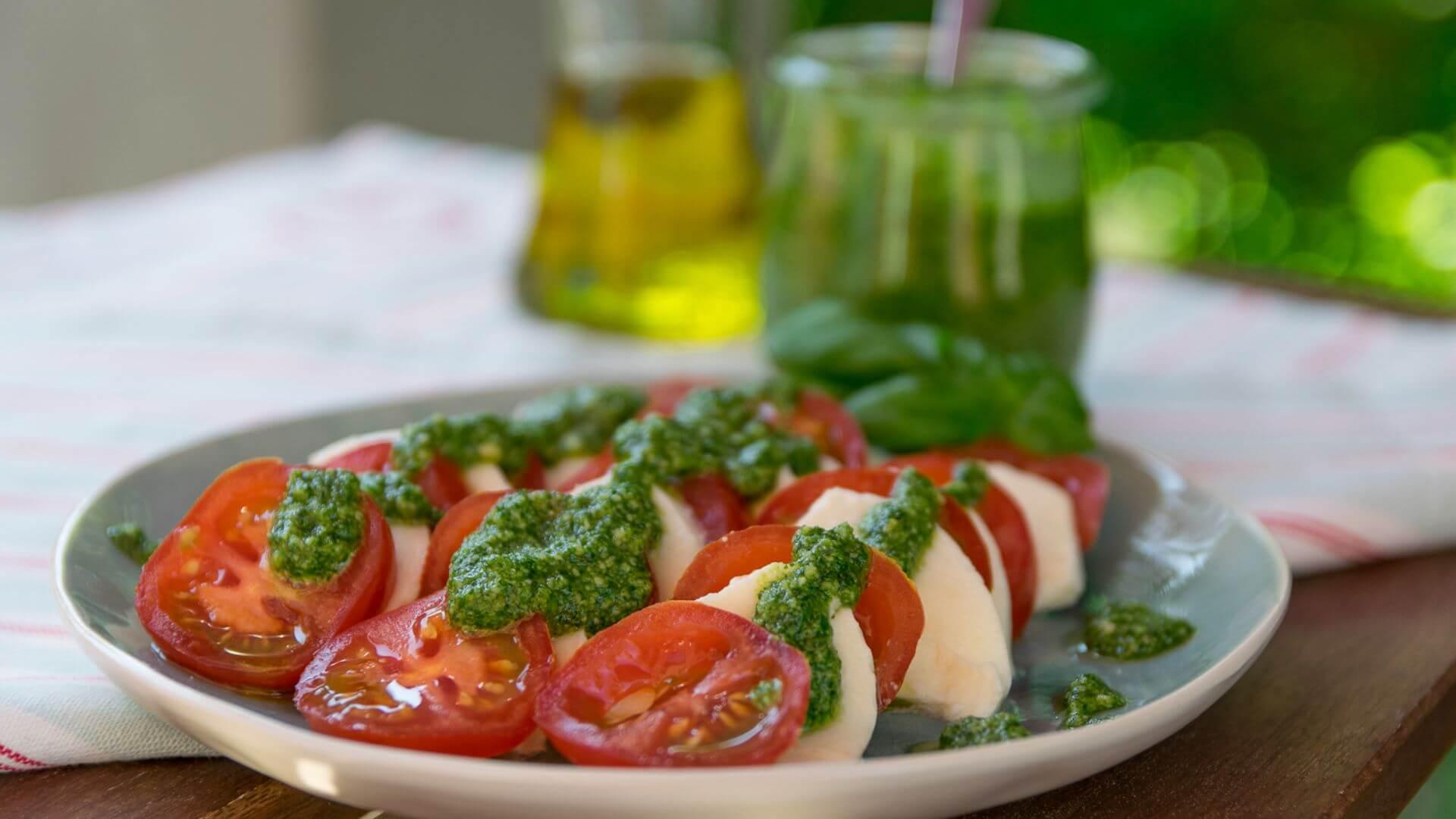 tomate mozzarella pesto salat