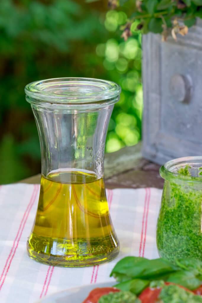 Olivenöl und Basilikum Pesto