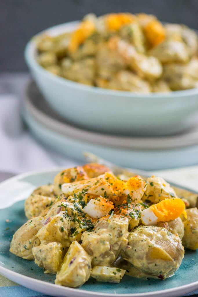 Curry Kartoffelsalat mit Eiern und Joghurt Dressing