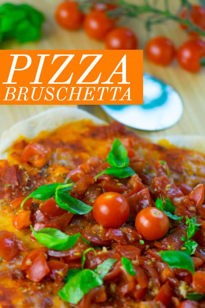 Holt den Sommer auf den Tisch: mit Knobi und Basilikum gewürzter Tomaten-Mozzarella-Salat auf leckeren Dinkel Pizza-Fladen. Super kross!