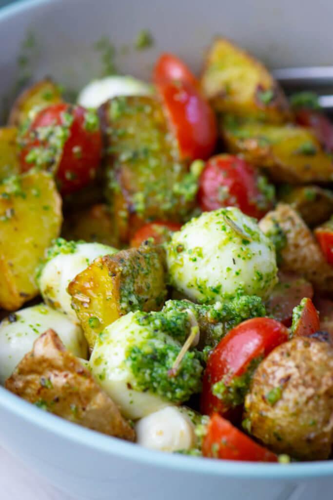 Kartoffeln aus dem Airfryer mit Pesto, Mozzarella und Tomaten