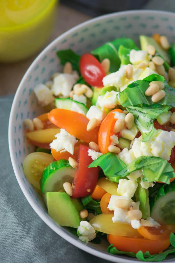 Super lecker und erfrischend - Avocado Feta Salat mit Rucola