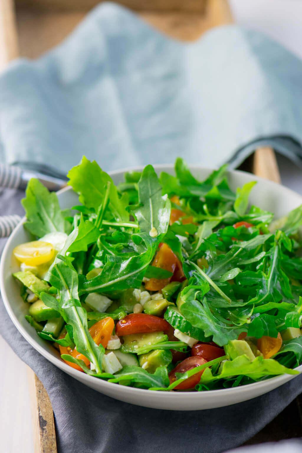Avocado Feta Salat mit Rucola - schneller Salat für heiße Tage.