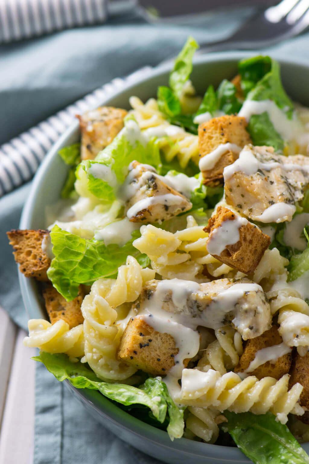 Caesar Pasta Salat mit Hähnchen und selbstgemachten Croutons