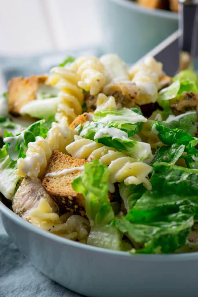 Nudelsalat mit Caesar Dressing, Hähnchen und Croutons