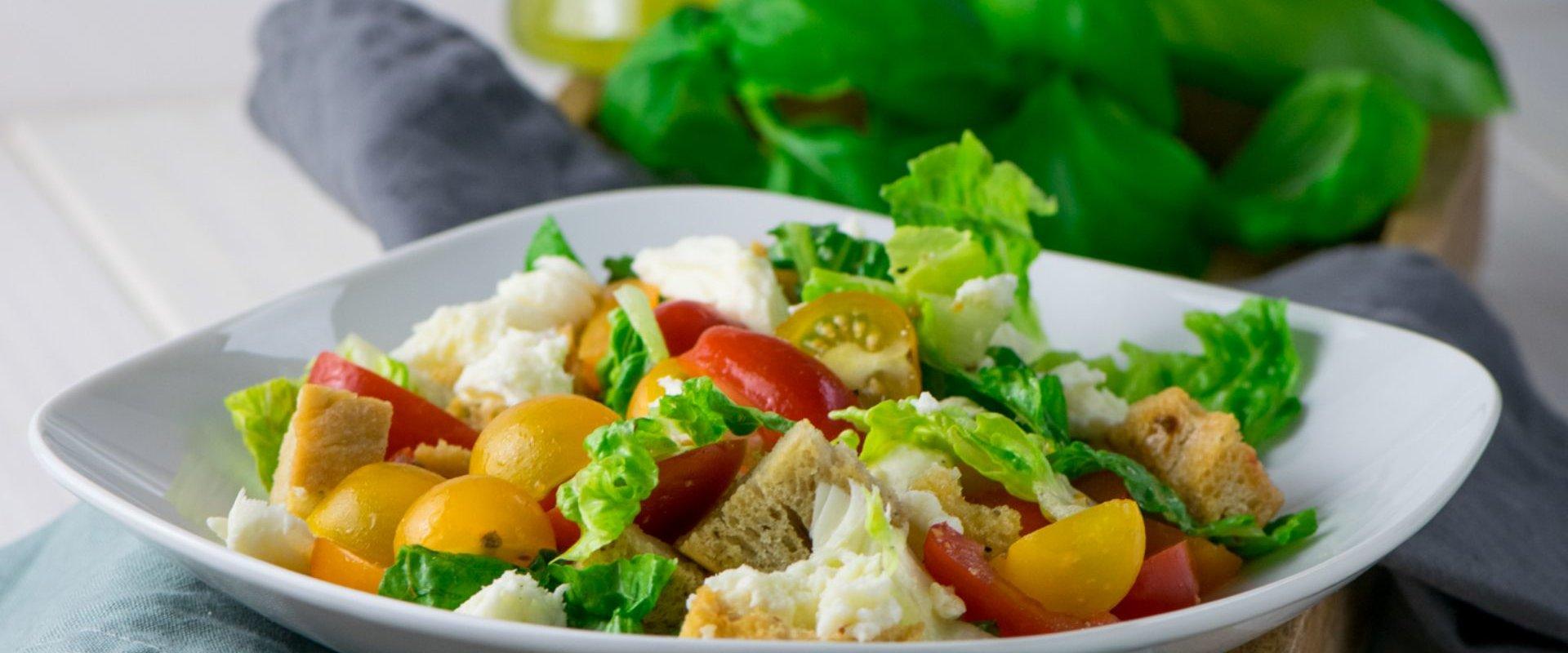 Einfacher Brotsalat mit Mozzarella - mega beliebtes & leckeres Rezept