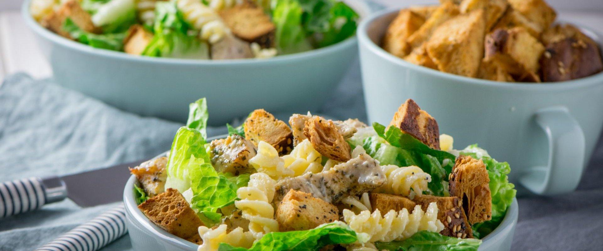 Der Caesar Pasta Salat ist perfekt als Mittag- oder Abendessen, aber natürlich auch eine super leckere Grillbeilage.