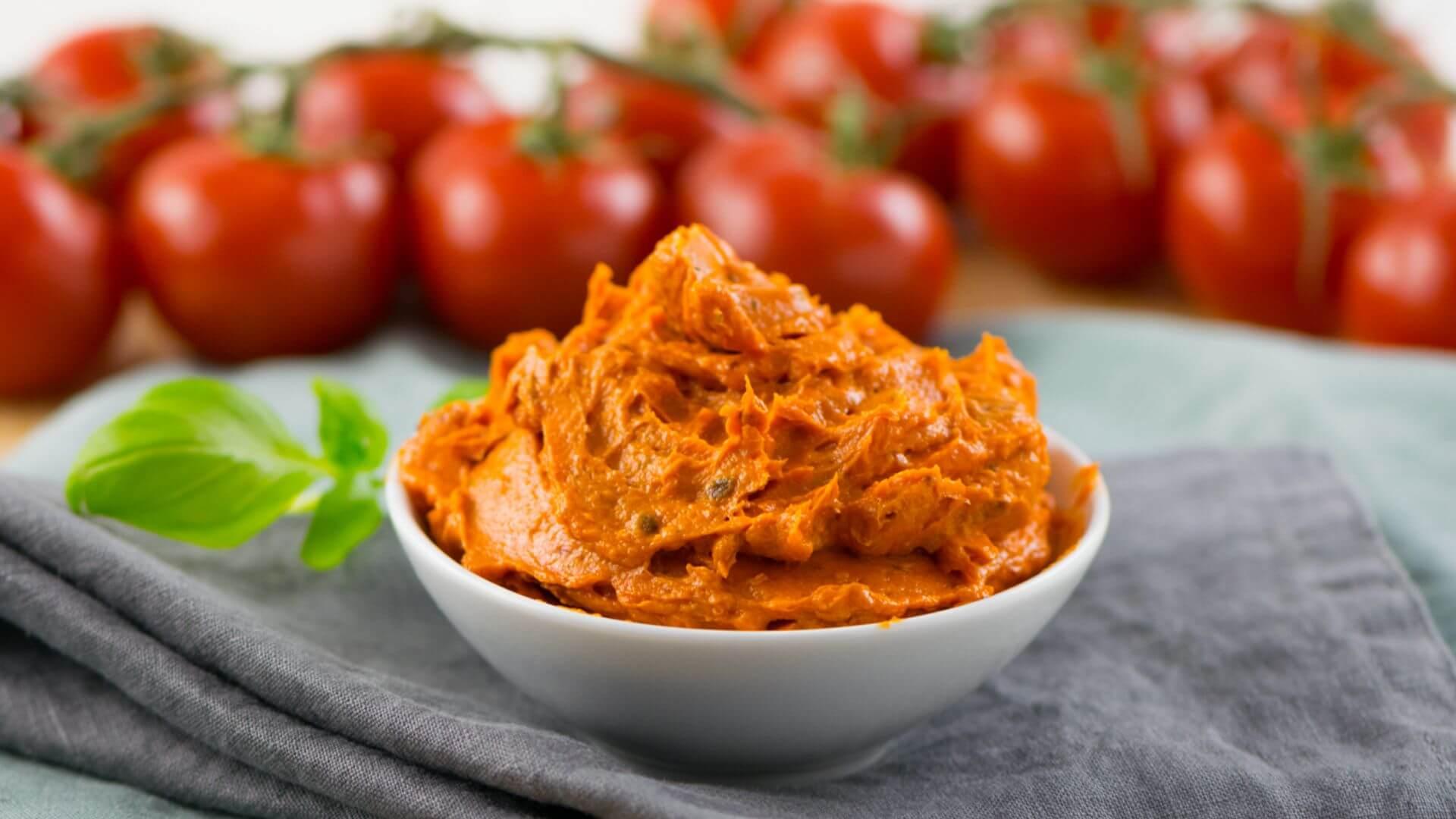 Leckerste Tomatenbutter mit nur 5 Zutaten - so schmeckt der Sommer