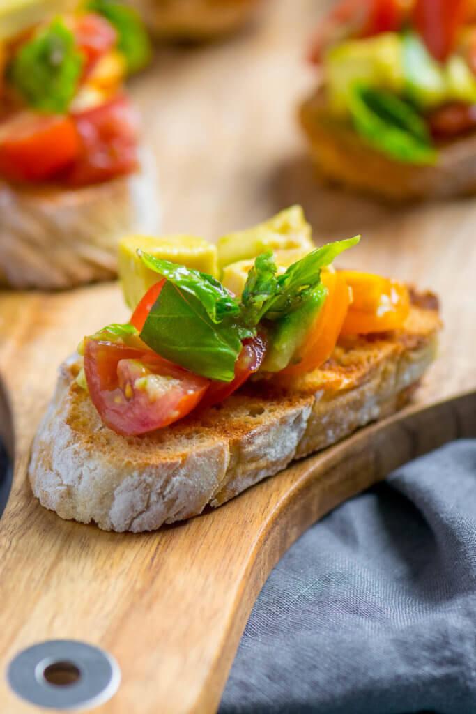 Avocado Tomaten Salat auf knuspriger Brotscheibe