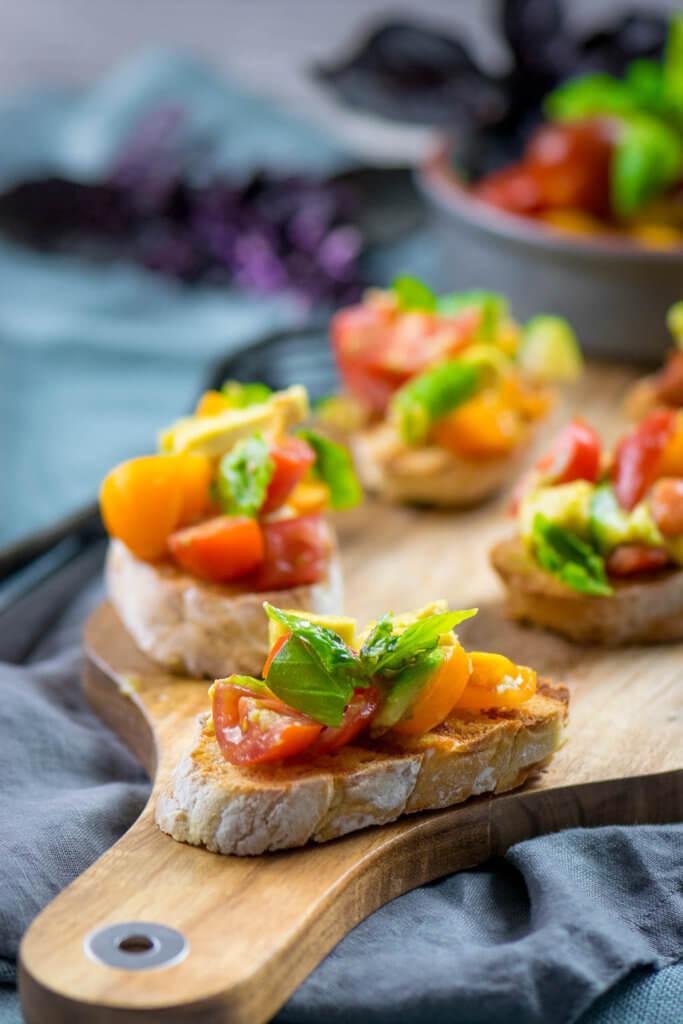 Avocado Bruschetta mit Tomaten