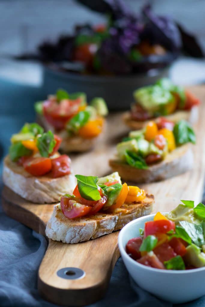 Bruschetta Variation mit Tomaten und Avocado
