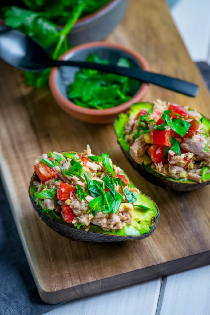 Sommerlicher Snack, Avocado, Petersilie und Tomaten