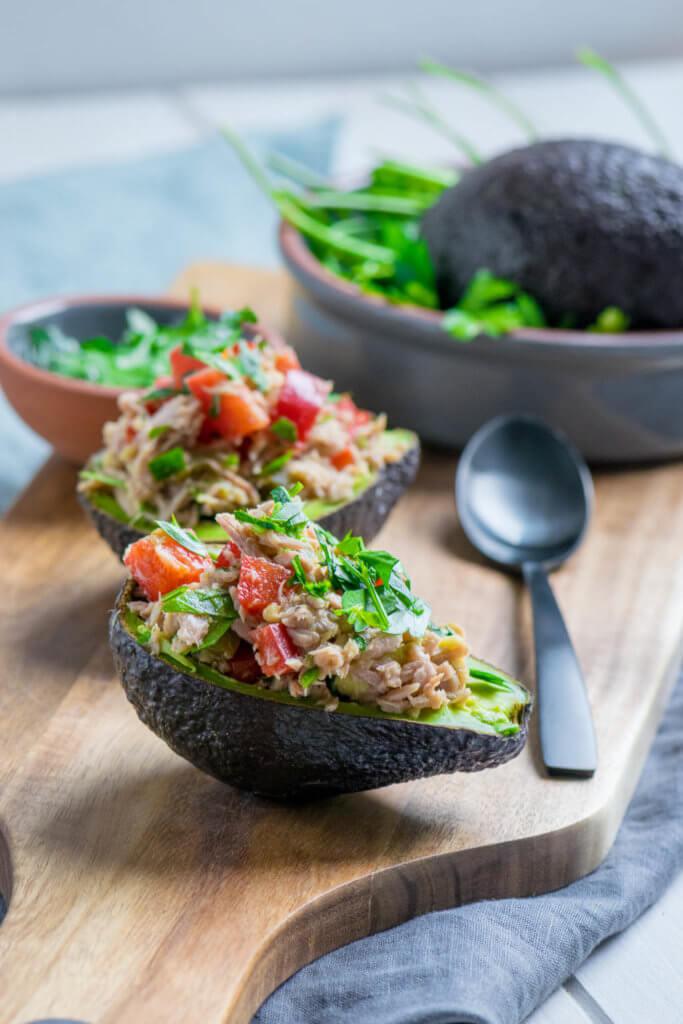 Gefüllte Avocado mit Tomaten und Thunfischcreme