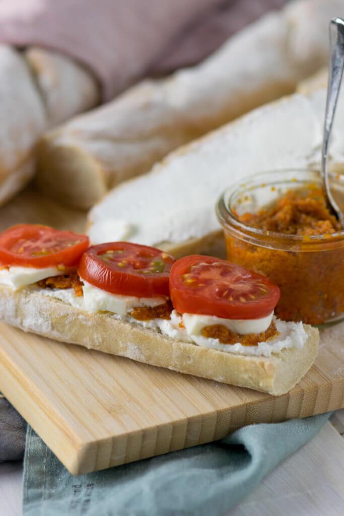 Französisches Baguette mit Tomaten, Mozzarella und Pesto