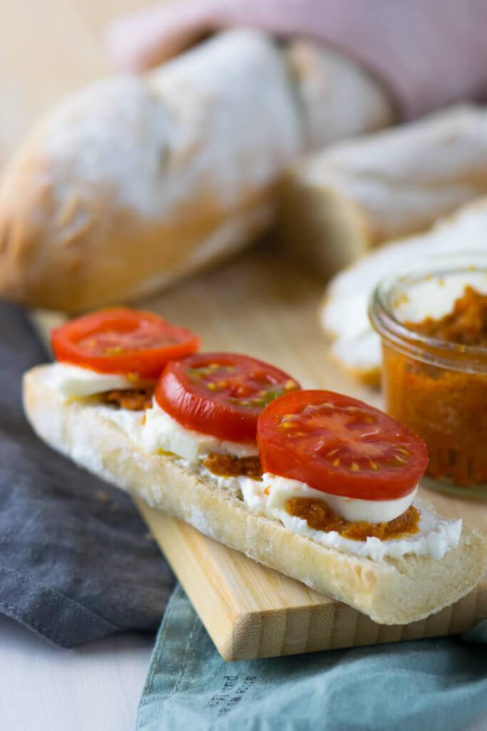 Knuspriges Baguette selber backen - mit Tomaten und Mozzarella belegt