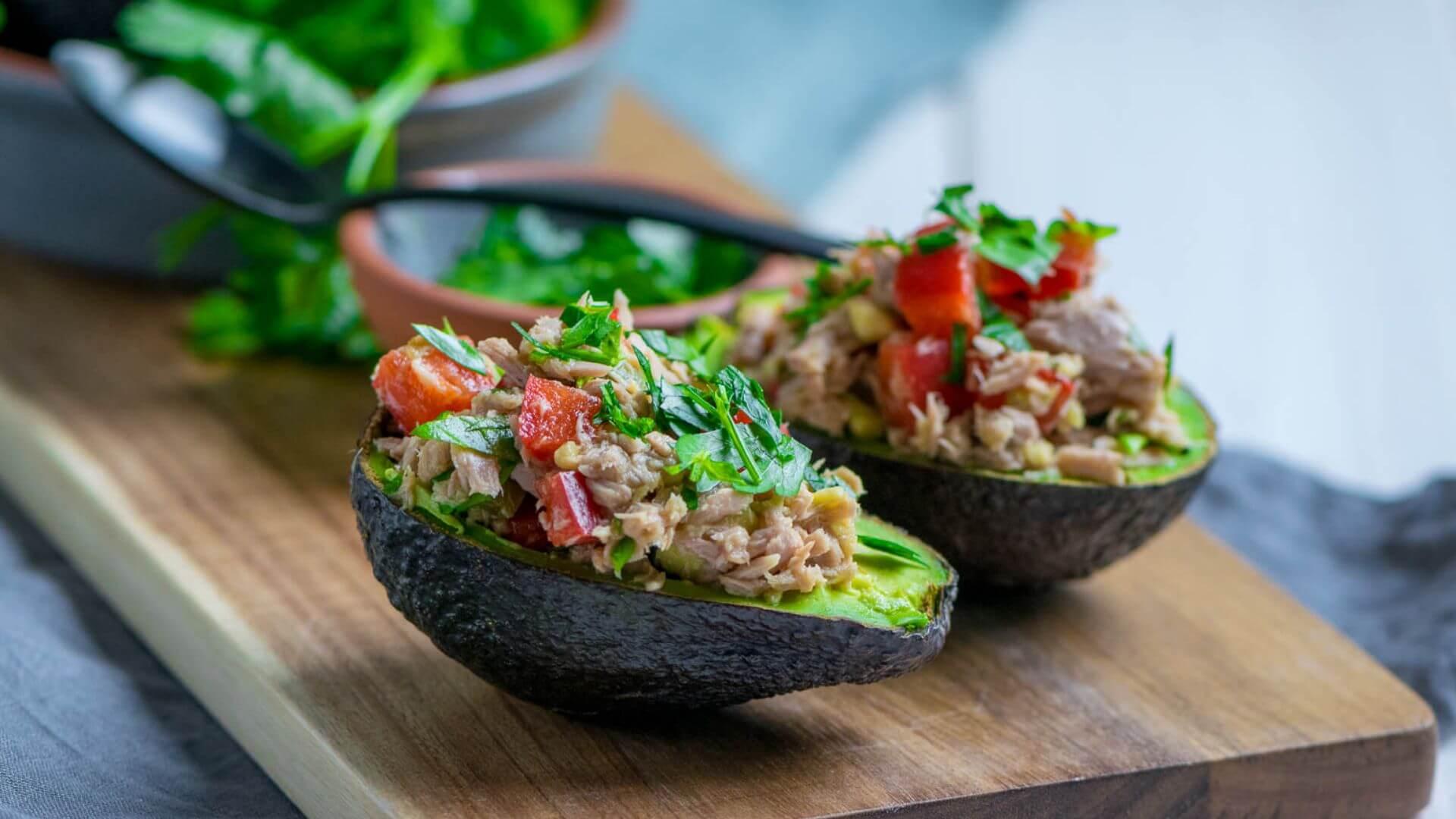 Avocado mit Thunfischfüllung - gesund, lecker & einfach