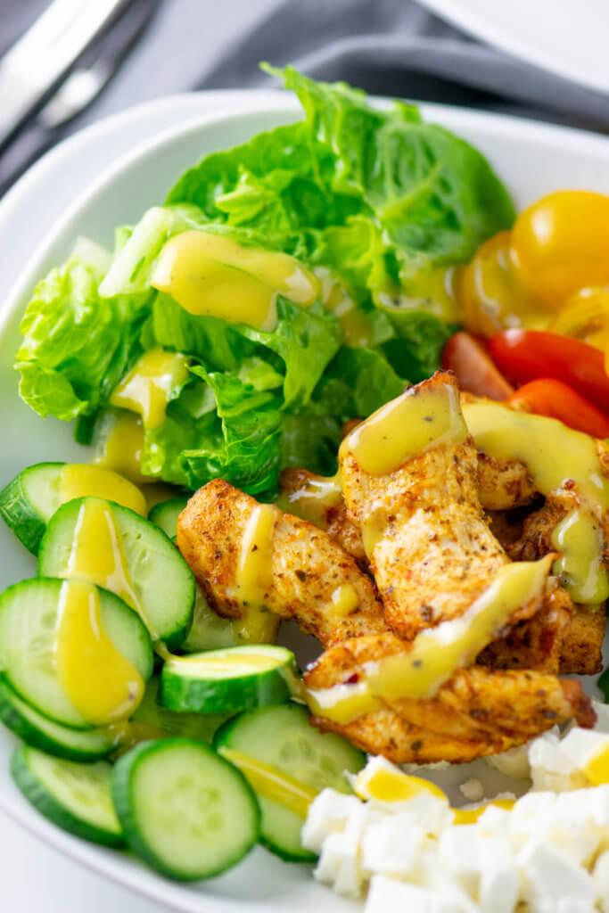 Erfrischender Salat mit Grilled Chicken, Feta und Avocado