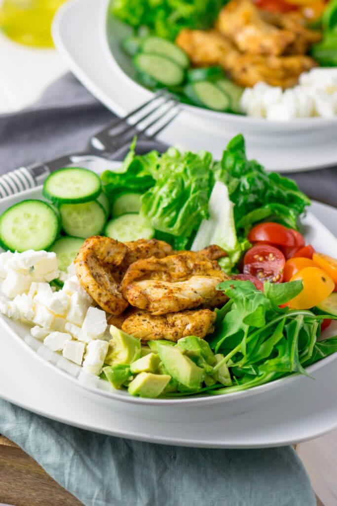 Super leckerer Salat mit Brathähnchen, Gurke, Avocado, Tomaten und Honig Senf Dressing