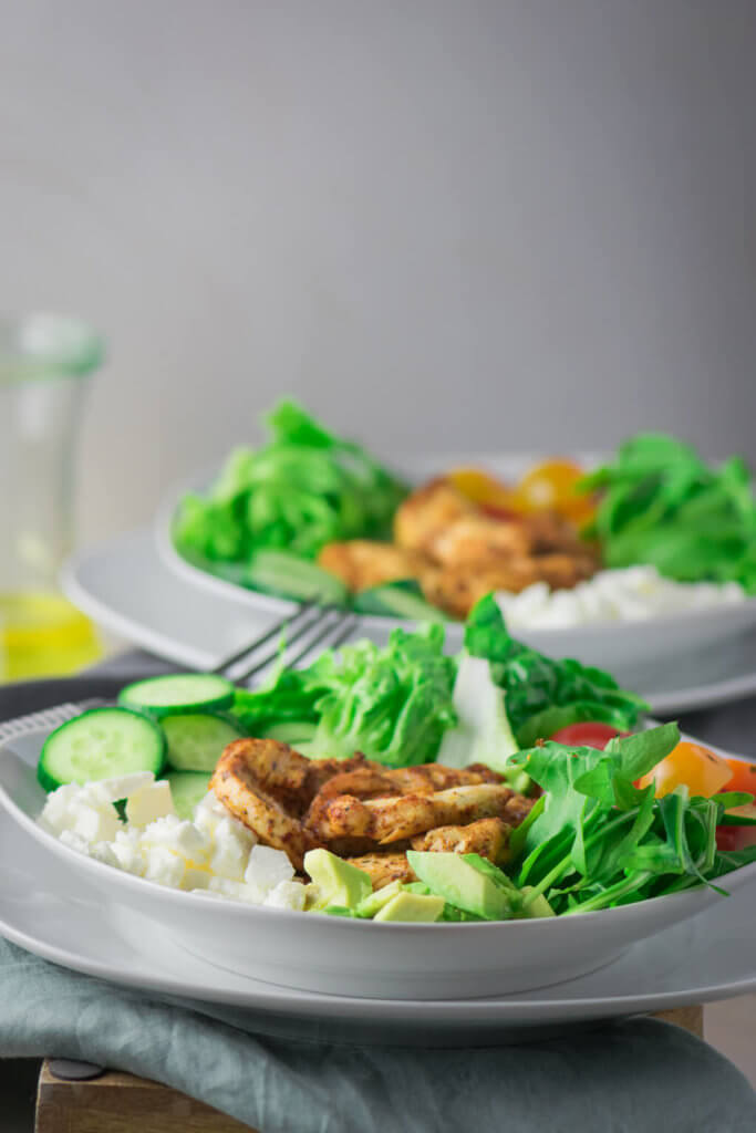 Einfach lecker!! Leckerer Grilled Chicken Salat mit Gurken und Avocado