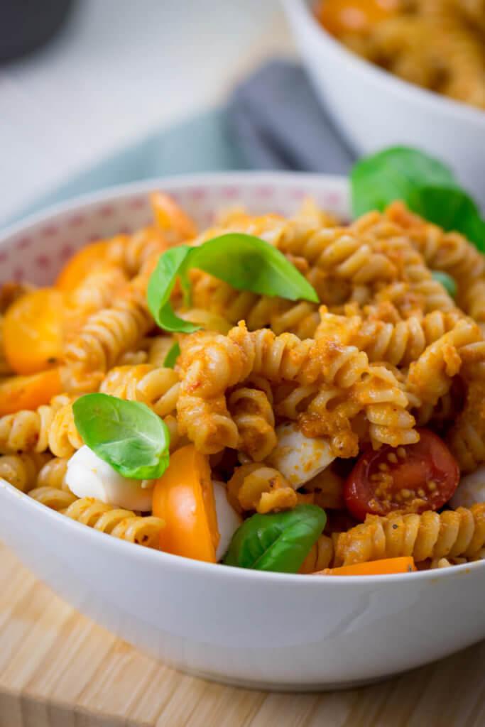 Leckere Sommerpasta mit Tomaten und Mozzarella