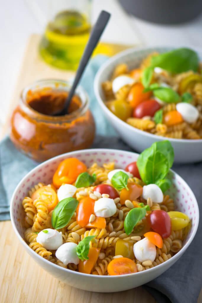 Pasta Rosso mit Basilikum und Mozzarella