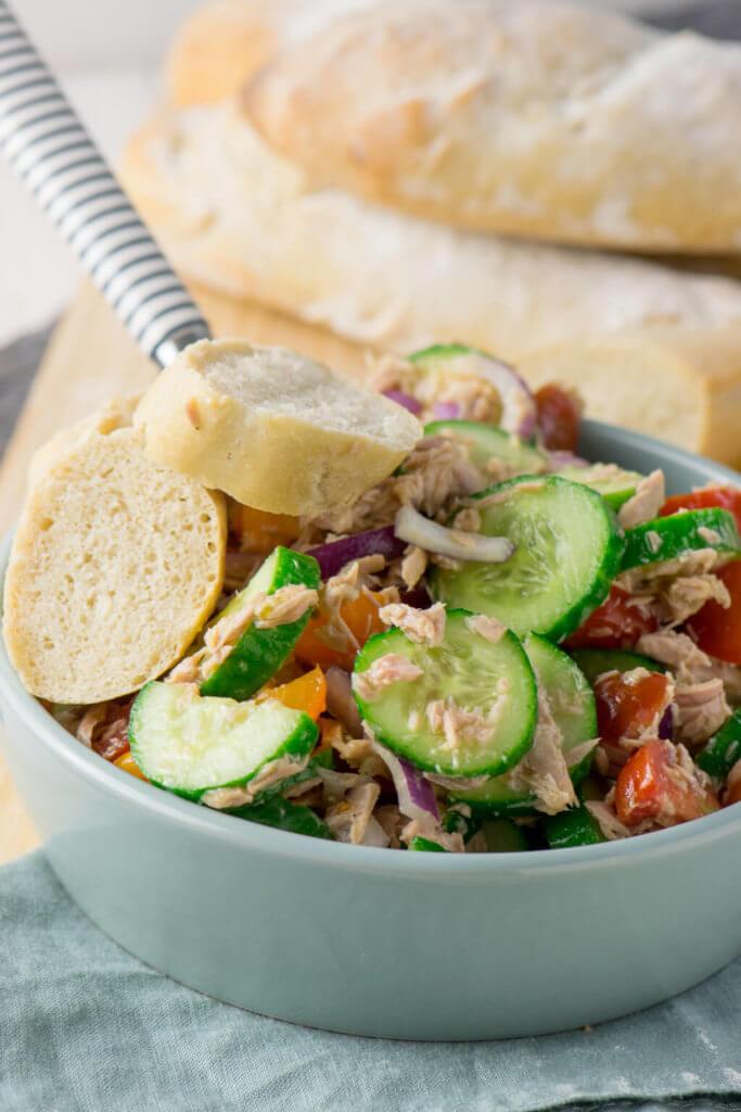 Super lecker - Thunfisch Salat mit Gurken, Tomaten und Zwiebeln