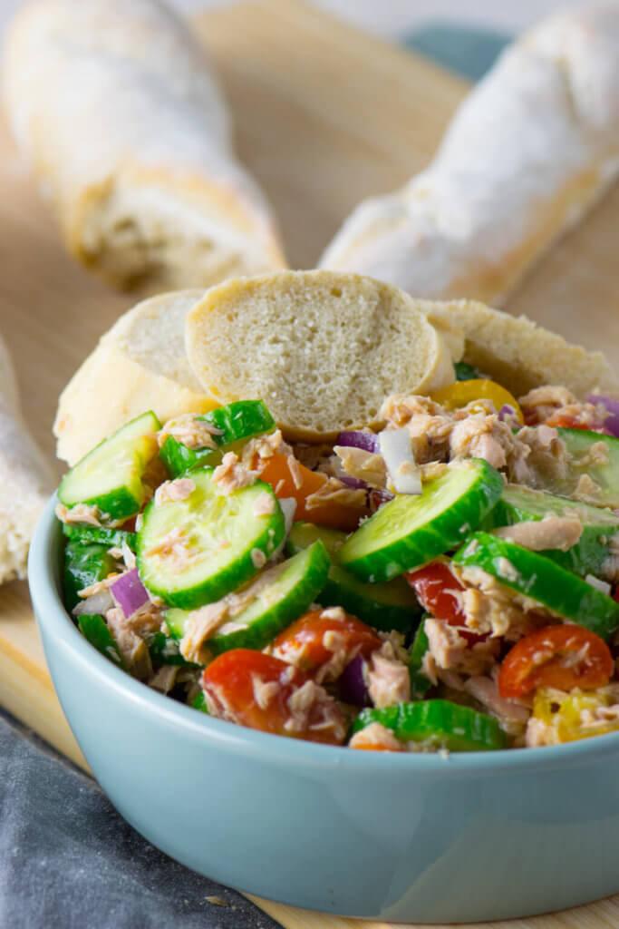 Thunfisch Salat mit frisch gebackenem Baguette