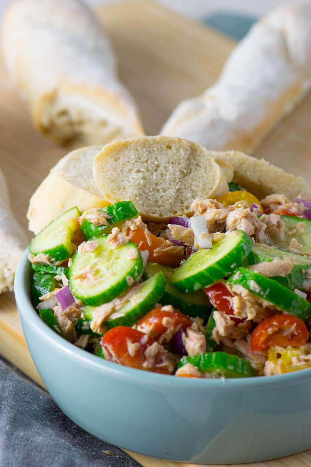 Schneller Thunfischsalat mit Gurke und Tomate