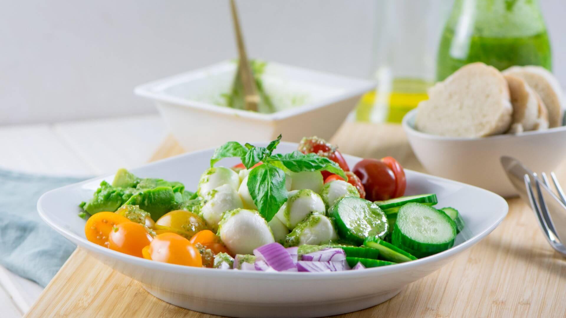 Super leckerer Salat - Avocado Salat mit Mozzarella, Tomate und Pesto Dressing
