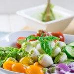 10 Minuten Avocado Salat mit Mozzarella, Tomate und Pesto Dressing