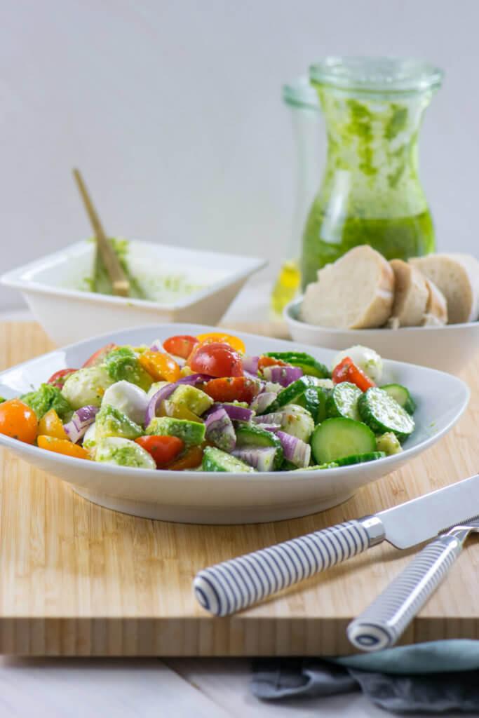 Erfrischender Sommersalat mit bunten Tomaten und Pestodressing
