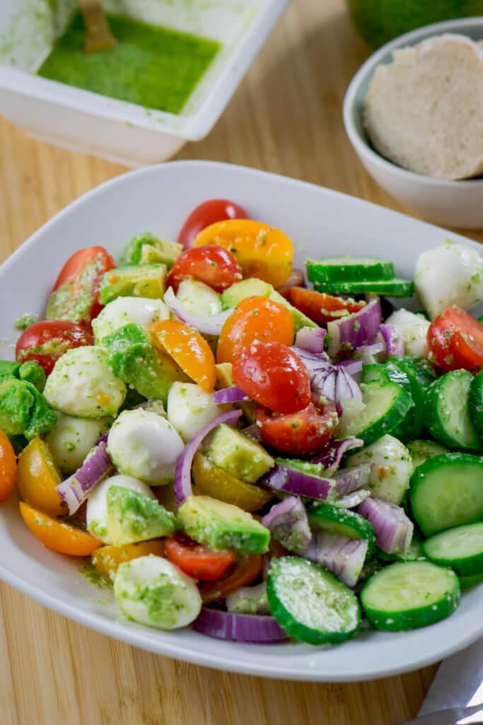 Super lecker und in nur 10 Minuten zubereitet - Avocado Salat mit Mozzarella, Tomate und Pesto Dressing