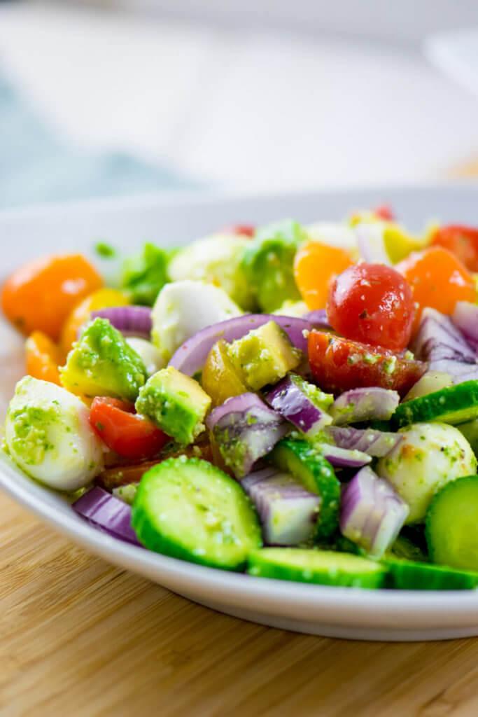 Avocado Salat mit Mozzarella, Tomate und Pesto Dressing