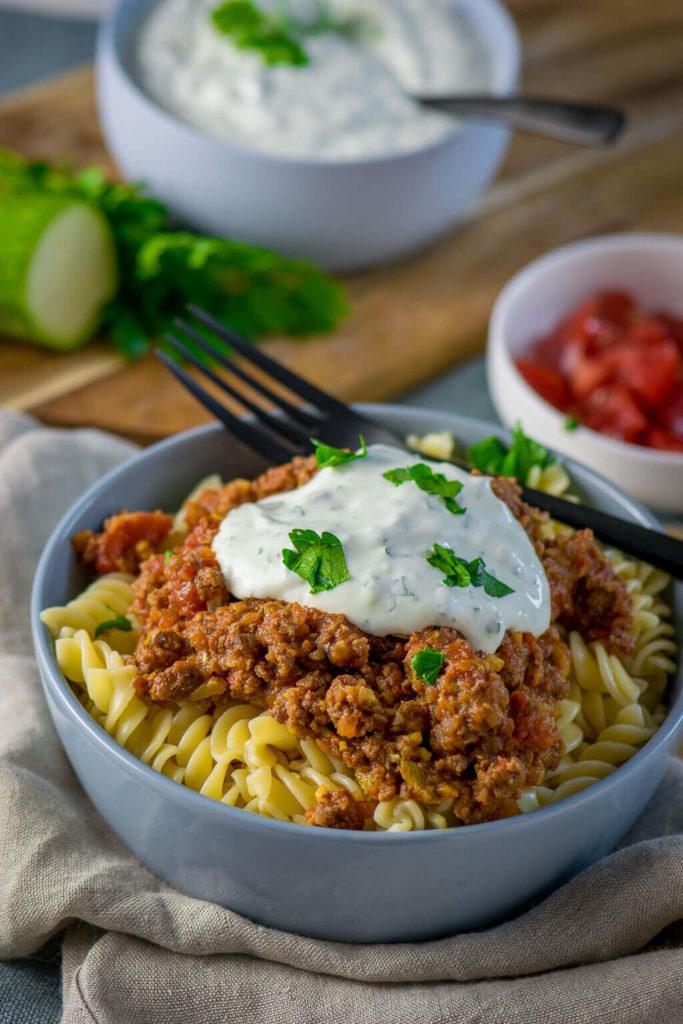 Türkische Hackfleisch Pasta mit Joghurtsauce