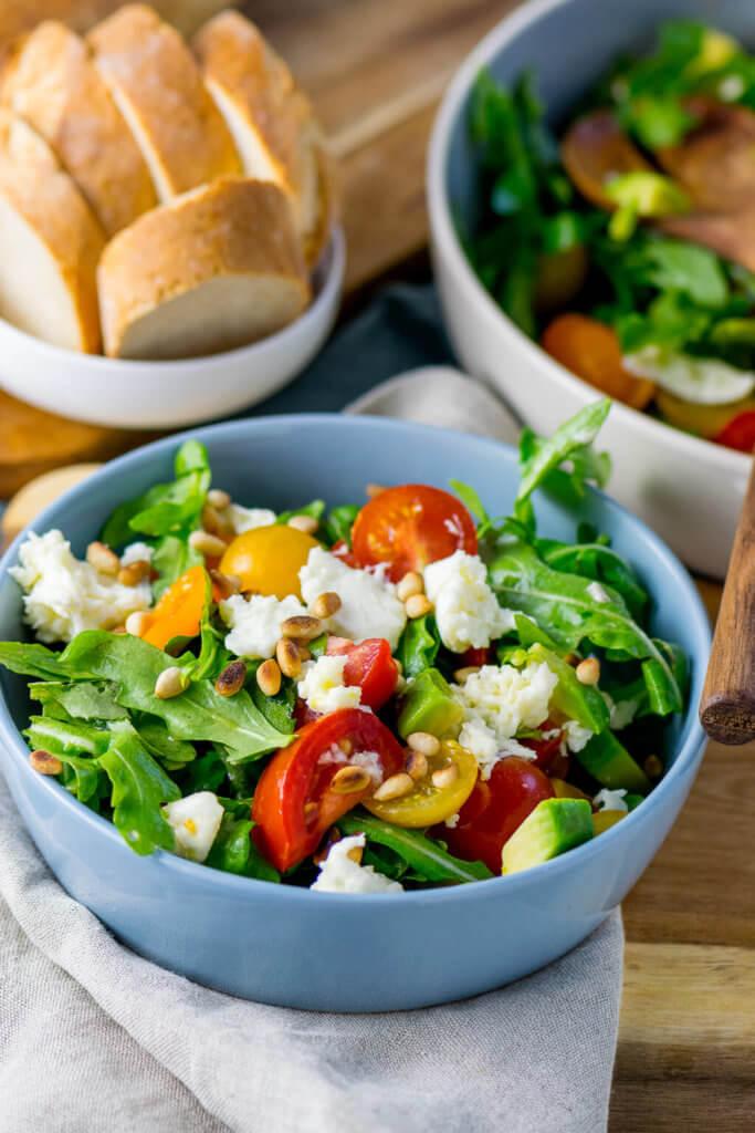 Rucola Salat mit Tomate und Avocado